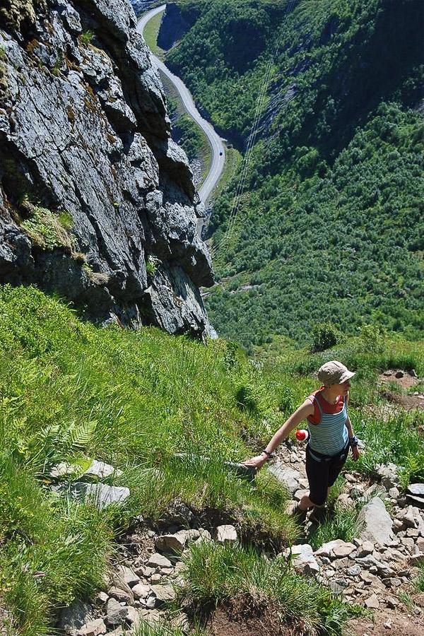 Climbing up onto the Reinebringen