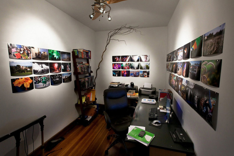 1. Simplistic home office design. The walls are decorated with the A4-sized photos just pined to the surface. If you make a lot of photos and owning a good inkjet printer, you can do it yourself for virtually free