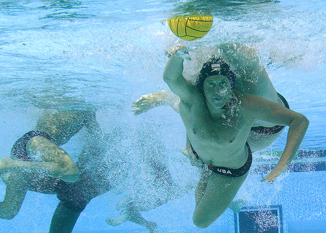 Waterpolo under water