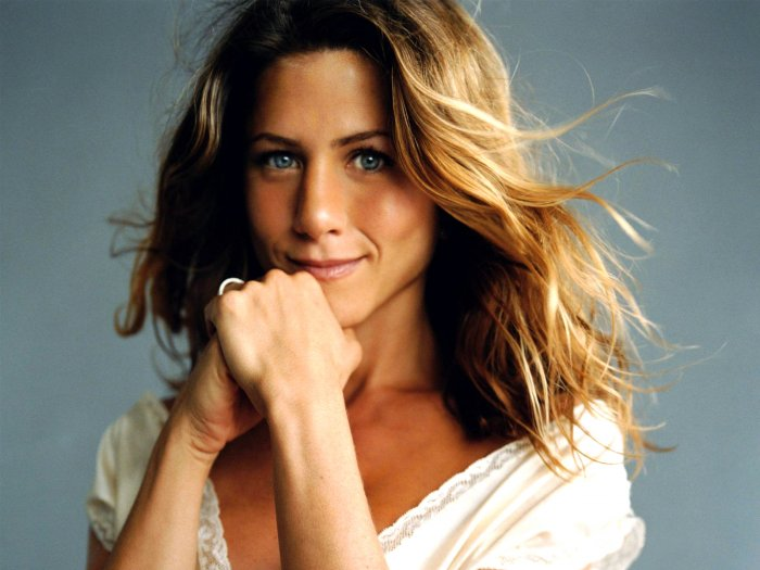 Jennifer Aniston was working as a courier.